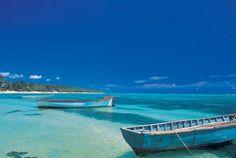 Ile Maurice, dépaysement complet. Pirogues traditionnelles le long de la plage.