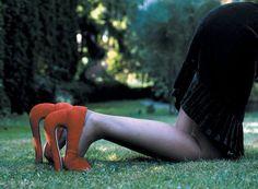 """SUSANNA HESSELBERG Née en 1967 à Uppsala, Suède Vit et travaille à Malmo, Suède  Au coeur de l'inquiétante étrangeté"""" Parcourir les photographies de l'artiste suédoise Susanna Hesselberg, c'est entrer dans un monde fait d'ambivalences et d'inquiétante étrangeté. A travers son œuvre, nous pénétrons un univers hybride, où l'être humain est au centre de l'épreuve pathétique de notre regard."""