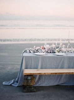 was für ein schönes Set-Up für ein romantisches Dinner am Strand