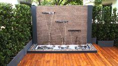 fuente de jardín con tres cascadas
