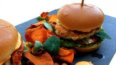 Fiskeburger med avokadokrem og søtpotetchips Salmon Burgers, Cooking Recipes, Dinner, Ethnic Recipes, Food, Dining, Chef Recipes, Food Dinners, Essen