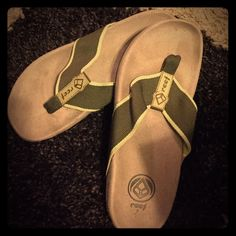 Reef sandals Thick dark green strap with bright green trim. Size 7 Reef Shoes Sandals