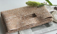 I love this crochet bag by couleure. Crochet Clutch Bags, Crotchet Bags, Crochet Handbags, Crochet Purses, Knitted Bags, Diy Bags Tutorial, My Style Bags, Crochet Cushions, Handmade Purses