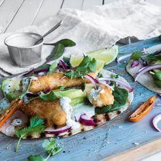 Fisketaco er en av barnas favoritter hjemme hos matblogger Tina Hage. Se oppskrift på panert «taco-torsk» med salat og limekrem! Tacos, Meat, Chicken, Food, Beef, Meal, Essen, Hoods, Meals