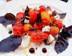 Салат из помидоров с сыром фета. Ингредиенты: помидоры черри, фетакса, итальянские травы