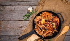 Králičí maso má minimum tuku, je velmi dobře stravitelné, a když se dobře upraví, je také mimořádně lahodné. Díky své jemné chuti je navíc v kuchyni vhodné pro mnoho způsobů vaření či pečení. Prozradíme vám, co tuhle delikatesu vynese na první příčky masových hitparád. Cast Iron, It Cast, Iron Pan, Kitchen, Cooking, Kitchens, Cuisine, Cucina, Kitchen Floor