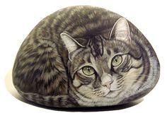 Ester Curini réalise de superbes peintures de chats peints sur pierres