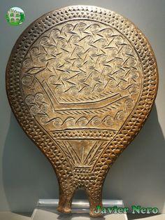 Sartén con decoración incisa que representa un barco, entre olas formadas por espiral, con un triángulo en su mango. Estos recipientes son característicos de las Cícladas. Podrían haber servido para propósitos prácticos como platos, espejos, astrolabios e, incluso, unidades métricas para el comercio de sal.  Su decoración lleva un significado simbólico religioso o marginal adecuado para rituales. 2800-2300 a. C. M.A.N. Atenas