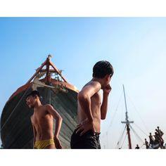 Ariel dan Isal dua pelajar kelas 1 SMP ini menghabiskan waktu pulang sekolah dengan bermain bersama teman-teman sebayanya di pelabuhan sunda kelapa. Mereka berdua unjuk kebolehan melompat dari atas kapal dengan berbagai macam gaya  Nampaknya Indonesia memiliki banyak calon atlet loncat indah ni di pelabuhan Sunda Kelapa  ---- #sundakelapa #Jakarta #Indonesia #streetphotography #streetstyle #streetstyle #childhood #fujifilmx100t #fujiguysid #fujiguys_id #ceritafg1 #fgi_girls #fujilove…