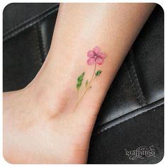 preciosa de la flor en el tobillo.