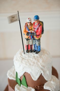We love how these hikers are perched atop a mountain-themed cake! Baker: Simply Elegant Cakes /  Photo: @breamcdphoto. www.realmaineweddings.com