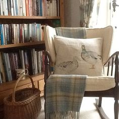 Shabby and Charme: Un bel cottage in pietra nella campagna del Kent Country Cottage Interiors, Cottage Homes, Addison House, Cosy Corner, Corner Chair, English Cottage Style, Shabby, Vintage Room, Home Comforts