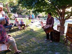 Ein Drehorgelspieler sorgte für prächtige Stimmung in den Gärten der Gartenbauschule Langenlois.  Fotocredit: Gartenbauschule Langenlois