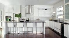 À l'assaut de la cuisine contemporaine Modern Kitchen Island, White Kitchen Cabinets, Open Plan Kitchen, Kitchen Ideas, Kitchen Designs, Kitchen Dinning Room, Condo Kitchen, Large Open Kitchens, Small Kitchen Storage