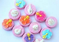 Buy Online! Perfect dessert and/or party favors for your Moana Birthday Party, Luau Party, Hawaiian Party or a Tahitian themed party! Delicious Chocolate covered Oreos in your choice of colors, topped with handmade colorful hibiscus flowers, seashells and tiki! You can add an age number too if you like!