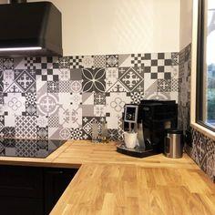 Crédence de cuisine adhésive en aluminium. Carreaux de ciment gris. - 99 déco Aluminium Kitchen, Splashback, Credenza, Adhesive, Sweet Home, New Homes, House Design, Cement Tiles, Gray