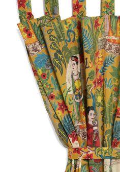 Frida + cortina.