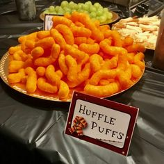 Harry Potter Party Food Ideas Huffle Puffs Cheese Puffs Are you planning a Harry Potter party? You'll want to check out this magical selection of our favorite Harry Potter birthday party food ideas! Harry Potter Snacks, Harry Potter Motto Party, Harry Potter Fiesta, Harry Potter Thema, Cumpleaños Harry Potter, Harry Potter Halloween Party, Harry Potter Birthday Cake, Harry Potter Christmas, Harry Potter Wedding