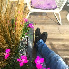 Színes párna, virág és rattan az egyik kedvenc kombinációnk, ha esetleg egy kisebb teraszt kell otthonossá varázsolni. 🌿🌷🏡 #rattan #teraszepites #teraszbudapest #terasz #urbangarden #lakberendezés #lakberendezésiötletek #kulsoepiteszet #budapest #flower #pillow #erkély #penthouse Penthouse, Budapest, Boots, Crotch Boots, Shoe Boot