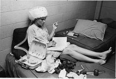 vintage everyday: Girl in her college dorm room, 1967 Photos Du, Old Photos, Vintage Photos, Vintage Swim, Roller Set, Dorm Life, College Life, Women Smoking, College Dorm Rooms