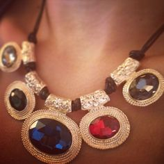Collar con Resinas Translúcidas en Estructura Dorada 21,99 € Este collar dará un toque de reina oriental a tus lokks de noche esta temporada...