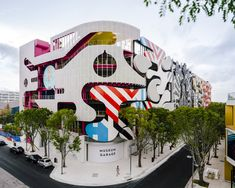 Completed in 2018 in Miami, United States. Images by Imagen Subliminal. The Museum Garage is located in the Miami Design District, a neighborhood dedicatedto innovative art, design and architecture. Featuring the work of. Facade Design, Exterior Design, Architecture Unique, Spanish Architecture, Casas Containers, Studios, Santiago Calatrava, Zaha Hadid, Eclectic Style