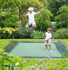 Kinderen... ze zouden héél graag een trampoline in de tuin hebben. Hoe dat in te passen? Geen idee...