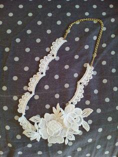 Collana con rose di pizzo bianco (disponibile anche nero)  Necklace with white lace roses (black also available )