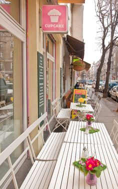 cute cupcake sign - Berlin - love how you can eat outdoors also...v. nice~