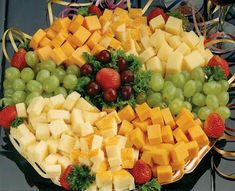 Fruit and Cheese Tray. Appitizer idea - Shan Ash 14 -Dont forget to provide toothpicks Cheese And Cracker Tray, Cheese Platters, Party Trays, Snacks Für Party, Fruit Party, Cheese Appetizers, Appetizer Recipes, Fruit Appetizers, Wedding Appetizers