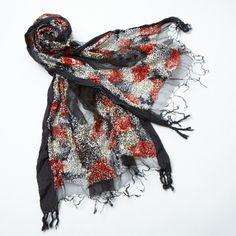 【CRISTAL】薄手の生地のアウトラインに、コットンの糸でタイル状の刺繍を施した、デザイン性のあるストール。  刺繍部分のモコモコ感で、立体感のあるアイテムに仕上がっています。