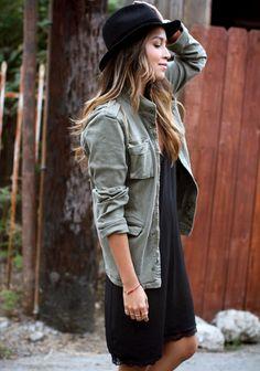 Veste militaire + robe-nuisette noire + peau bronzée + fines bagues dorées = le bon mix (Sincerely Jules)