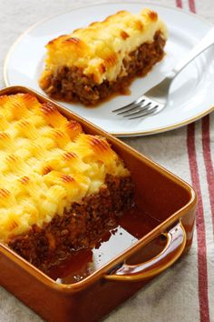Turkey, tomatoes and veggies form the basis of this shepherd's pie, while the egg, cheese and corn topping adds a south of the border touch to this meaty dish. Mexican Food Dishes, Mexican Food Recipes, Ethnic Recipes, Recipe Sites, Meat Recipes, Traditional Shepherds Pie, Good Food, Yummy Food, Cottage Pie