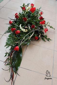 Kochani dziś prosty przepis na wykonie poniższej kompozycji. Składniki: -róża Love Story -róża Endless Love -aspidistra -kordylina -ruskus -dawalia -wierzba syberyjska -floret (z gąbką do żywych kw... Grave Decorations, Christmas Wreaths, Xmas, Sympathy Flowers, Endless Love, Funeral Flowers, Black Flowers, Arte Floral, Flower Boxes