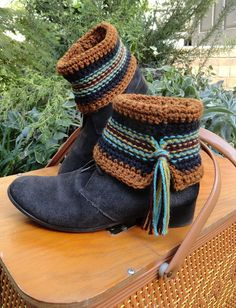 Ravelry: Swift Kick pattern by Janet Brani. And I bet it do… Ravelry: Swift Kick pattern by Janet Brani. And I bet it doesn't take a lot of yarn or time to do! Cute idea to add the tassel… Crochet Boot Cuff Pattern, Knitted Boot Cuffs, Crochet Boots, Knit Boots, Crochet Gloves, Crochet Slippers, Crochet Patterns, Hat Patterns, Leder Boots