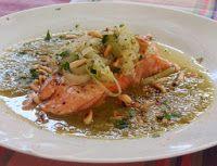 Salmón escalfado con salsa de puerros Meat, Chicken, Food, Poached Salmon, Sauces, Cook, Healthy Meals, Essen, Eten