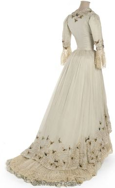 Robe du soir Doucet, Paris, i wish we could still wear dresses like this.I would wear one every day 1900s Fashion, Edwardian Fashion, Vintage Fashion, Look Vintage, Vintage Mode, Antique Clothing, Historical Clothing, Historical Dress, Historical Costume