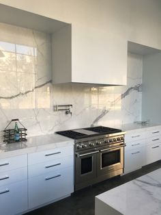 Kitchen Tiles, Kitchen Countertops, New Kitchen, Kitchen Hood Design, Modern Kitchen Design, Home Design, Porcelain Countertops, Home Decor Furniture, Country Kitchen