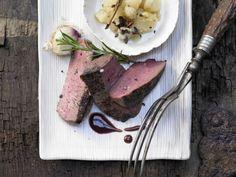 Hirschsteaks aus dem Ofen - mit würzigem Birnenmus - smarter - Kalorien: 383 Kcal - Zeit: 1 Std.    eatsmarter.de