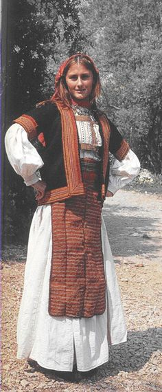Albania.  2- Wearing the long shirt and përparje. The main part of this dress is long shirts with long sleeves, wide or narrow. In between she shtërngohej generations with different colored wool and accompanied in front of an advantage of a woolen or cotton with ornate size varied from one province to another. This attire was prevalent in Mirdita, Debar, Mat, Ruff, Çermenikë, Dumre, Myzeqe, Berat, Korca, Cologne, Gjirokastra, Saranda. etc.