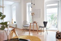 Cozy dining area in a Mid-Century inspired flat with a beautiful wire chair, a round table and some yellow and brass details. Check out our website to find more inspiration! Wire Chair, Small Apartments, Dining Area, Bunt, Modern, Mid Century, Cozy, House Design, Table