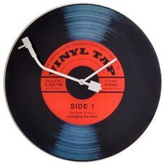 Das Design dieser <b>Wanduhr</b> begeistert Fans alter Schallplatten. Wer statt CD oder MP3 lieber die alten Vinyl-Scheiben bevorzugt, liest die Zeit von dieser analogen Uhr aus Glas besonders gerne ab. Die Uhr mit einem Durchmesser von ca. 43 cm ist in Rot und Schwarz gehalten, der Minutenzeiger imitiert den Tonarm eines <b>Plattenspielers</b>. Ein ausgefallenes Wohnaccessoire für Sie!
