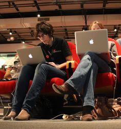Gaya et Claire derrière leurs écrans.