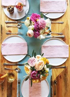 Spring brunch table with pastel napkins and bright flowers. Spring and easter brunch and table setting ideas. DIY breakfast bar, pink and blue settings, florals, etc. Brunch Decor, Brunch Party, Easter Brunch, Dinner Parties, Tea Parties, Diy Breakfast Bar, Breakfast Recipes, Brunch Mesa, Breakfast Table Setting
