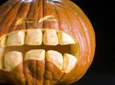 ein Mund mit großen Zähnen aus Kürbis schnitzen
