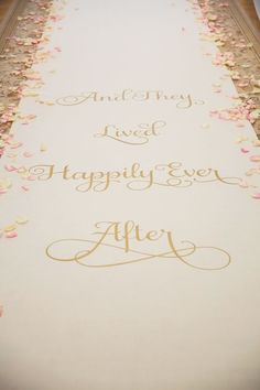 いつまでも幸せに暮らしました♡って言う意味* おとぎ話の締めくくりの定番「Happily ever after」っていうフレーズが素敵♡にて紹介している画像