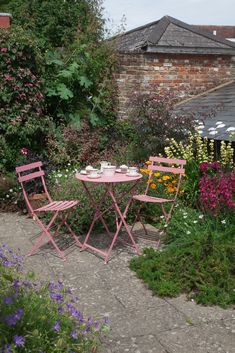 See how this small hilltop garden makes the most of every available space Small Flower Gardens, Small Courtyard Gardens, Small Courtyards, Outdoor Gardens, Courtyard Ideas, Small Garden Images, Small English Garden, Small Garden Design, Small Garden Planting Ideas
