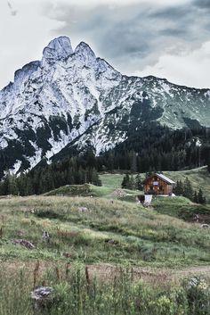 Tagesausflug in den Nationalpark Gesäuse auf VANILLAHOLICA.com . Wandern im Nationalpark Gesäuse in Österreich ist ein einziges Abenteuer. Man kommt schon bei einfachen und kurzen Wanderwegen vorbei an wunderschönen Gebirgsseen, Gletschern, und Flüssen. Großteil des Gesäuses wird von einer gewissen Alpen Art, den Kalkalpen eingenommen. Der Park steht unter Naturschutz und die unberührte, wahre Natur lässt sich da noch sehen. Ein Tagesausflug für die ganze Familie ist es auf alle Fälle wert. Usa Roadtrip, Roadtrip Europa, World Pictures, Mount Rainier, Austria, Mount Everest, Wanderlust, Mountains, Nature