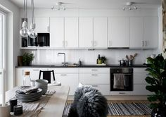 Kitchen design hacks The quantity of natural light in the room or area plays a large role in terms of how its interior should be designed. In case a room doesn't have that many windows, try out a light shade of paint to make your room less cave-like. Kitchen Design, Kitchen Decor, Knife And Fork, Mix Style, Cuisines Design, Light Shades, Decoration, House Doctor, Decorating Tips