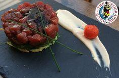 Plato del mar con influencia de la cocina asiática: Tartar de Atún Rojo sobre alga Wakame en emulsión de Ponzu.